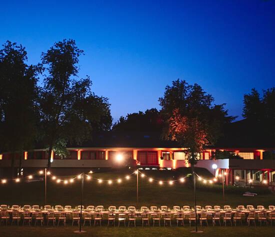 Vista serale su Villa L'Alma con allestimento tavola imperiale