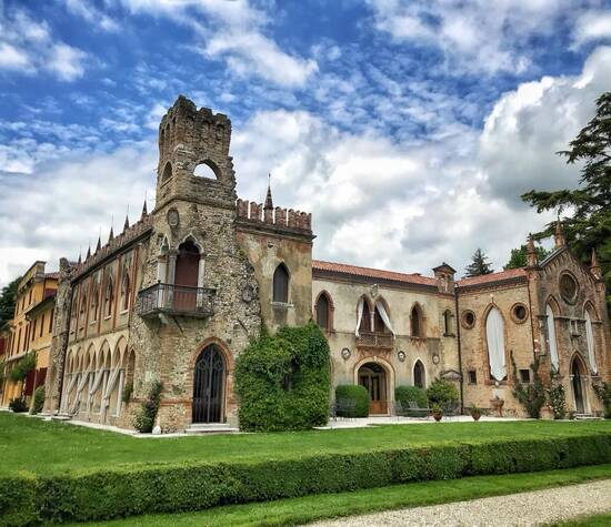 La Villa e la sua facciata gotica